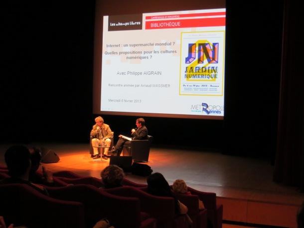 Philippe Aigrain (à gauche) et Arnaud Wassmer ont proposé une discussion autour des thématiques de commercialisation des pratiques de l'internet, mercredi soir, aux Champs Libres (L'Embusc@de)