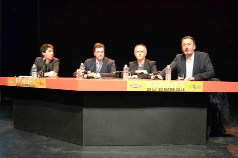 Adrien Bosc (à gauche), fondateur de la revue Feuilleton, Carlo d'Asaro Biondo, président de Google, Olivier Bonsart, président de 20 Minutes et Sylvain Bourmeau, journaliste de Libération et animateur du débat sur la presse écrite.